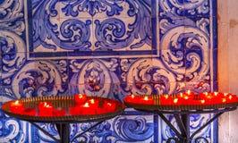 Il rosso esamina in controluce le mattonelle Santa Maria Church Obidos Portugal del blu Fotografia Stock