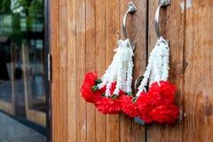 Il rosso fiorisce la decorazione della porta fotografia stock libera da diritti