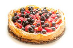 Il rosso fruttifica torta con fondo bianco Immagine Stock Libera da Diritti