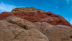Il rosso ha colorato la montagna con chiaro cielo blu nei precedenti immagini stock libere da diritti