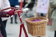Il rosso ha colorato la ruota della bici con l'allarme sonoro del cromo e le luci anteriori Fotografie Stock Libere da Diritti