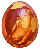 Il rosso ha tinto l'uovo di Pasqua decorato con le impronte delle foglie dell'erbaccia isolate su fondo bianco Fotografia Stock Libera da Diritti