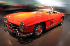 Il rosso mette in mostra la retro automobile Fotografia Stock