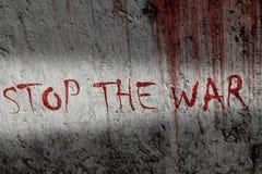 Il rosso nessuna fermata i graffiti del messaggio di guerra sul ciment di lerciume mura - il concetto di pace Fotografia Stock