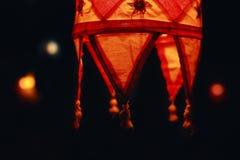 Il rosso protegge la lampada su un fondo scuro in Goa Fotografia Stock Libera da Diritti
