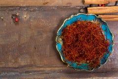 Il rosso reale ha asciugato la spezia dello zafferano, ingrediente saporito per molti piatti fotografia stock libera da diritti