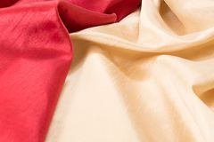 Il rosso ricco ed i tessuti ondulati dorati strutturano/fondo Fotografia Stock