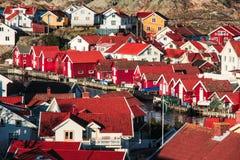 Il rosso svedese tipico alloggia la città Immagine Stock Libera da Diritti