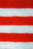 Il rosso variopinto di natale, bianco ha tricottato il modello del cappello dell'assistente del Babbo Natale fotografia stock libera da diritti