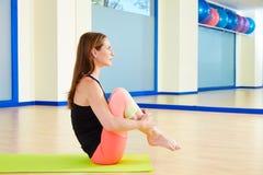 Il rotolamento della donna di Pilates gradisce un allenamento di esercizio della palla Fotografia Stock Libera da Diritti