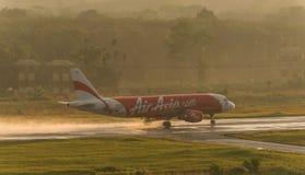 Il rotolamento di Air Asia per decolla all'aeroporto di krabi Fotografie Stock