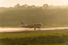 Il rotolamento di Air Asia per decolla all'aeroporto di krabi Immagine Stock Libera da Diritti