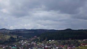 Il rotolamento si rannuvola con i villaggi della foresta sugli strati delle colline video d archivio