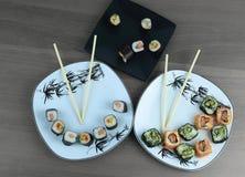 Il rotolo dei sushi ha preparato dal pesce crudo e da un riso speciale fotografie stock libere da diritti