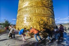 Il rotolo del viaggiatore la più grande ruota di preghiera Fotografia Stock