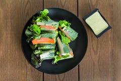 Il rotolo di molla fresco ha incluso la lattuga verde della quercia, la carota, il cetriolo a Immagini Stock Libere da Diritti