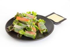 Il rotolo di molla fresco ha incluso la lattuga verde della quercia, la carota, il cetriolo a Fotografie Stock Libere da Diritti