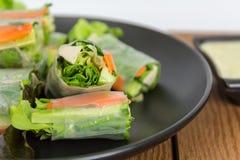 Il rotolo di molla fresco ha incluso la lattuga verde della quercia, la carota, il cetriolo a Fotografia Stock