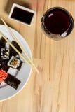 Il rotolo di sushi ha fatto il assorti del piatto cena con bicchiere di vino Fotografia Stock