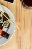 Il rotolo di sushi ha fatto il assorti del piatto cena con bicchiere di vino Immagini Stock Libere da Diritti