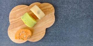 Il rotolo variopinto del pan di Spagna andato ammuffito immagini stock libere da diritti