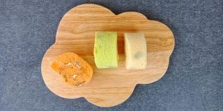 Il rotolo variopinto del pan di Spagna andato ammuffito immagine stock