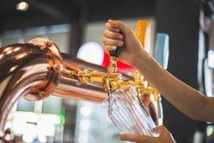 Il rubinetto della birra immagine stock