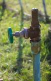 Il rubinetto fuori innaffia Fotografia Stock