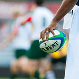 Il rugby non identificato fa concorrenza giocatore alla sfera Fotografia Stock Libera da Diritti