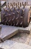 Il rullo della camma che è stato utilizzato all'inizio dello XX secolo per la strada che pone gli impianti 7 aprile 2019 latvia immagine stock libera da diritti
