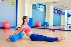 Il rullo della donna di Pilates rotola indietro l'allenamento di esercizio Fotografia Stock