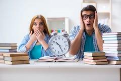 Il runnng di due studenti da tempo di preparare per gli esami Fotografie Stock Libere da Diritti
