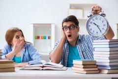 Il runnng di due studenti da tempo di preparare per gli esami Immagine Stock