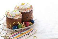 Il Russo pasqua agglutina Kulich con le uova di quaglia tinte Fotografie Stock