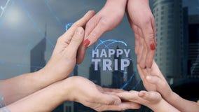 Il ` s degli uomini, il ` s delle donne e le mani del ` s dei bambini mostrano ad un ologramma il viaggio felice archivi video