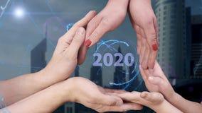 Il ` s degli uomini, il ` s delle donne e le mani del ` s dei bambini mostrano un ologramma 2020 stock footage