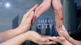Il ` s degli uomini, il ` s delle donne e le mani del ` s dei bambini mostrano una città di Smart dell'ologramma video d archivio