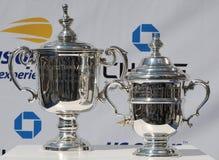 Il ` s degli uomini di US Open e il ` s delle donne sceglie i trofei su esposizione durante la cerimonia 2018 di tiraggio di US O immagine stock libera da diritti