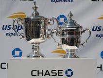 Il ` s degli uomini di US Open e il ` s delle donne sceglie i trofei su esposizione durante la cerimonia 2018 di tiraggio di US O fotografie stock libere da diritti