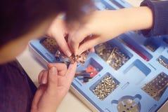 Il ` s dei bambini ha messo in una scatola del corredo di costruzione del metallo per la modellistica, i dadi, i bulloni, strumen Immagine Stock Libera da Diritti
