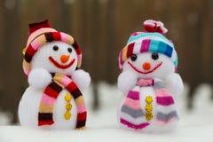 Il ` s del nuovo anno gioca - due pupazzi di neve nella neve Fotografia Stock
