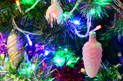 Il ` s del nuovo anno gioca sull'albero di Natale Immagine Stock