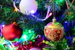 Il ` s del nuovo anno gioca sull'albero di Natale Fotografie Stock