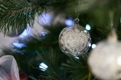 Il ` s del nuovo anno gioca sull'albero di Natale artificiale Immagine Stock