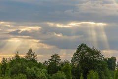 Il ` s del sole rays attraversare le nuvole Fotografie Stock