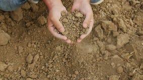 Il ` s dell'agricoltore passa il suolo secco della tenuta fotografia stock libera da diritti