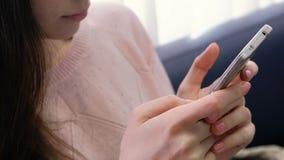 Il ` s della donna del primo piano passa la battitura a macchina del messaggio a macchina Donna irriconoscibile in maglione rosa  stock footage