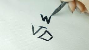 Il ` s della donna passa il geroglifico di cinese di scrittura Mano femminile che tiene i caratteri cinesi di scrittura di una ca immagini stock
