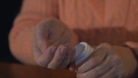 Il ` s della donna passa la bottiglia di pillola di apertura Persona che prende medicina Faciliti il dolore Corso del farmaco archivi video