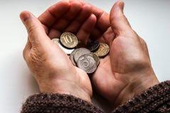 Il ` s della donna passa la tenuta delle monete russe fotografia stock
